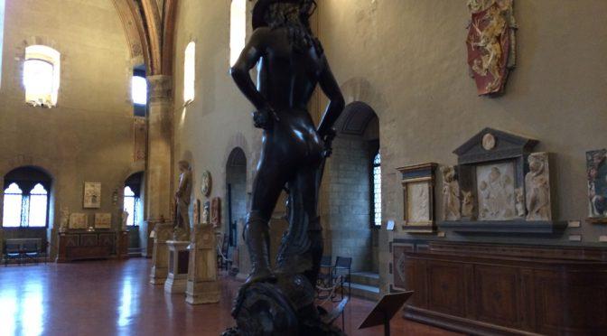 フィレンツェ、3日目、パルジェロ国立美術館、ドナテッロ作、《ダヴィデ像》の後ろ姿